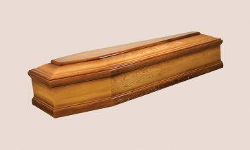Sicriul este confectionat din lemn de stejar realizat in 6 colturi avand un finisaj lucios si un model sculptat. Sicriul este complet echipat cu lenjerie din saten, manere, suruburi si crucifix ce ii ofera un plus de eleganta