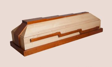 Sicriul este confectionat din lemn masiv de frasin si mahon realizat in 4 colturi avand un finisaj lucios si un model de trepte ce urca simbolizand urcarea in rai realizat impecabil